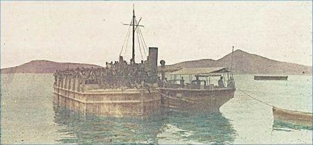 Přesun vězňů - ponton je tažen pobřežním remorkérem italského námořnictva - vpravo Monte Ruda