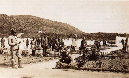 Snímek tábora Perdu; uprostřed socha kavalíra, vpravo budova velitelství, vlevo kopec Mount Antoniera